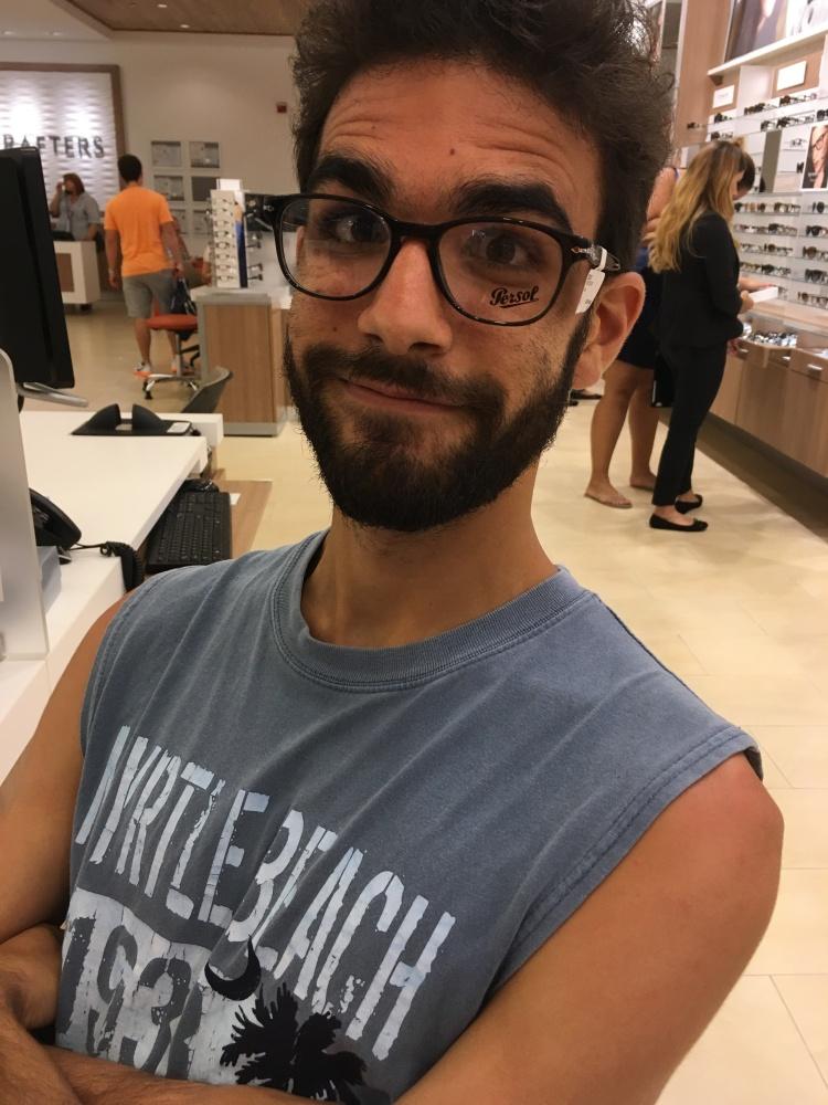 Dominic et ses nouvelles lunettes Persol, au LensCrafters