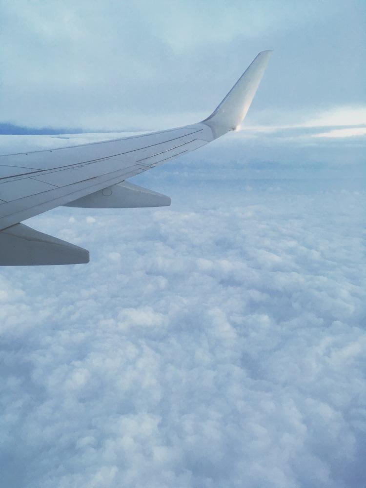 Vue de l'aile de l'avion en haut des nuages